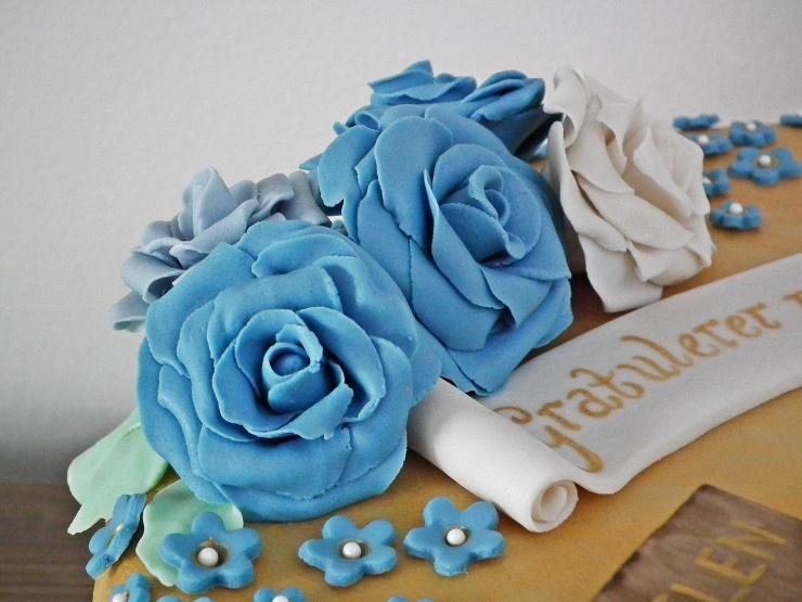 konfirmasjon_konfirmasjonskake_kake_marsipankake_marsipan_sjokolade_sjokoladekake_fondant_bibel_tro_håp_kjærlighet_marsipanroser_gull_gullkake_3