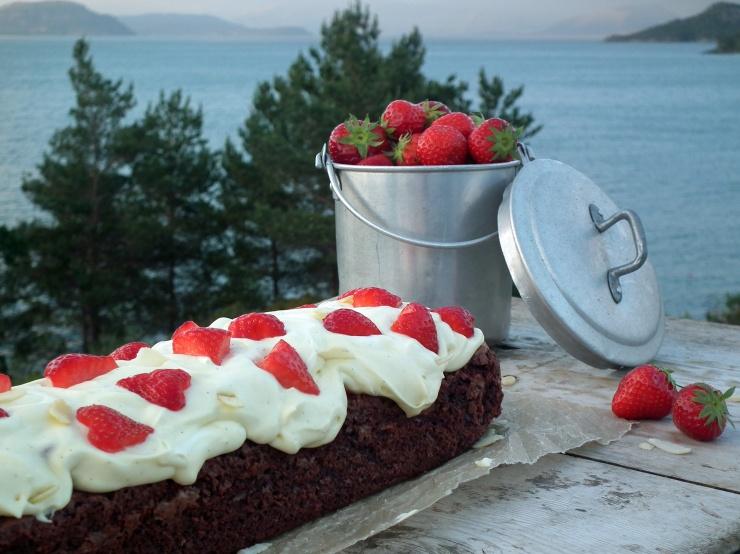 brownie_vaniljekrem_jordbær_sjokolade_sjokoladekake_krem_oppskrift_bakemagi