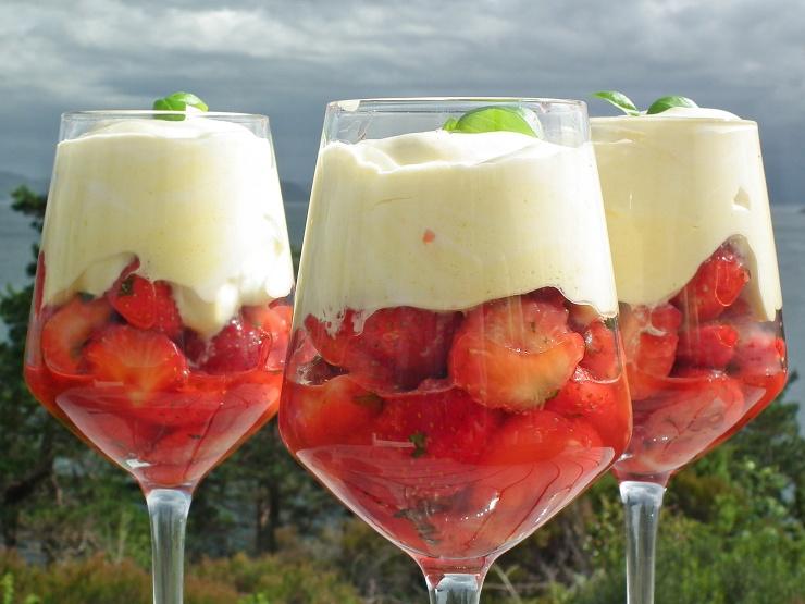 dessert_jordbær_jordbærdessert_lime_basilikum_krem_råkrem_oppskrift_bakemagi_3