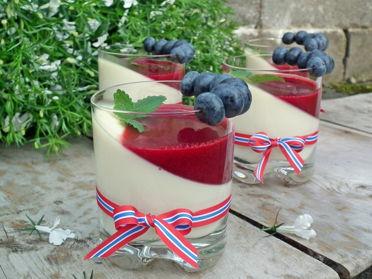 pannacotta_vanilje_krisebær_kirsebærsaus_jordbærsaus_bringebærsaus_blåbær_dessert_17mai_oppskrift_bakemagi_3